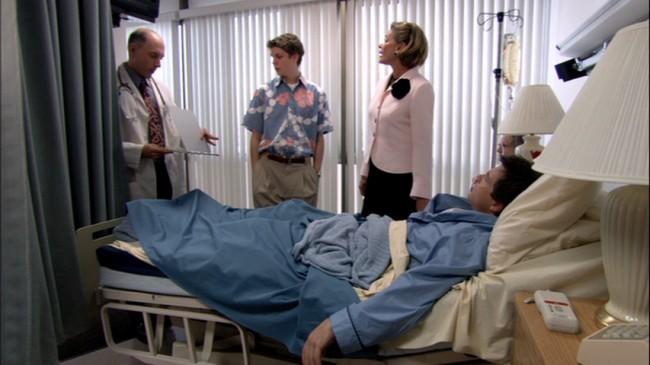 """Ο ηθοποιός που παίζει τον γιατρό δεν είναι γνωστός φυσιογνωμικά αλλά η φωνή του κάτι θυμίζει. Πρόκειται για τον Dan Castallaneta που δίνει εδώ και πολλά χρόνια τη φωνή του στον Homer Simpson. Όταν λοιπόν λέει """"D'oh!"""", η Λουσίλ αναφωνεί """"Το ήξερα!"""""""