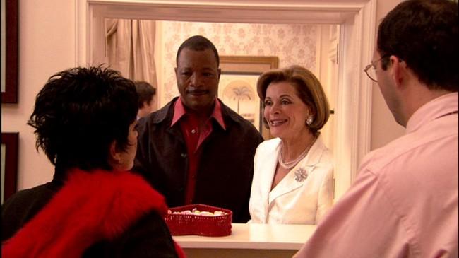 """Η Lucille φέρνει τον Carl Weathers για να δειπνήσει με τη Lucille 2, λέγοντας """"Guess Who's Coming to Dinner?"""", τον τίτλο μιας παλιάς ταινίας που μία λευκή γυναίκα φέρνει έναν μαύρο άντρα σε δείπνο"""
