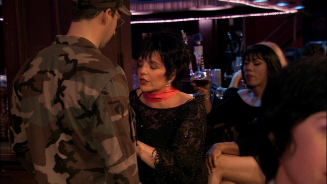 """Ο Μπάστερ τραγουδάει το """"New York, New York"""" και η Lucille 2 αγανακτεί λέγοντας """"όλοι νομίζουν πως είναι Φρανκ Σινάτρα"""". Παρότι έχει μείνει απ' την εκτέλεση του Σινάτρα, η πρώτη εκτέλεση του τραγουδιού είναι από τη Liza Minelli, την ηθοποιό που παίζει τη Lucille 2."""