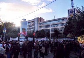 Ζωντανή ενημερωτική εκπομπή των εργαζομένων της ΕΡΤ έξω από το Ραδιομέγαρο