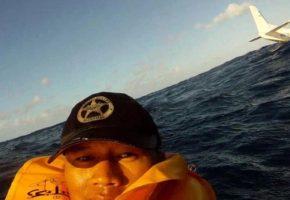 Τύπος επιβιώνει από αεροπορικό δυστύχημα και αμέσως τραβάει μια επική selfie φωτογραφία