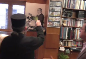 Ο Νίκος Νικολόπουλος ραίνει με αγιασμό ένα πορτρέτο του Καραμανλή! (VIDEO)