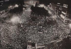 Εκλογές 1985: όταν το Σύνταγμα πλημμύριζε από εκατομμύρια αρρωστάκια του ΠΑΣΟΚ και της Ν.Δ.