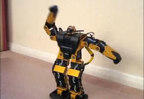 VIDEO: Μόρτικο ρομπότ ρίχνει ζεϊμπεκιά με τραγούδι του Μπιθικώτση