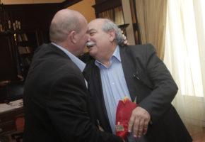 O Γιάννης Μιχελογιαννάκης εισβάλλει στο υπουργείο Εσωτερικών για να φασώσει τον υπουργό Νίκο Βούτση