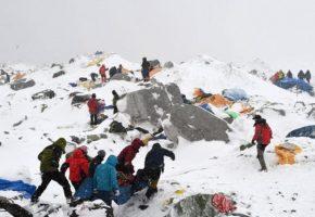 Xέσιμο στα 5300 μέτρα: H χιoνοστιβάδα που πλάκωσε τους ορειβάτες στο Έβερεστ (VIDEO)