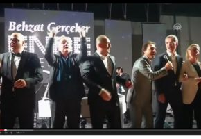 "O Nίκος Κοτζιάς τραγουδά το ""We Are The World"" μαζί με τους υπόλοιπους υπουργούς εξωτερικών του ΝΑΤΟ"