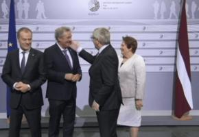 ΜΟΝΟ ΑΓΑΠΗ: Όταν ο Ζαν Κλοντ Γιούνκερ, μπαούλο απ'τα ξίδια, έριχνε μπατσάκια σε αρχηγούς κρατών (VIDEO)