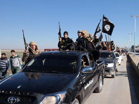 isis-islamic-state-millitants-convoy-flag