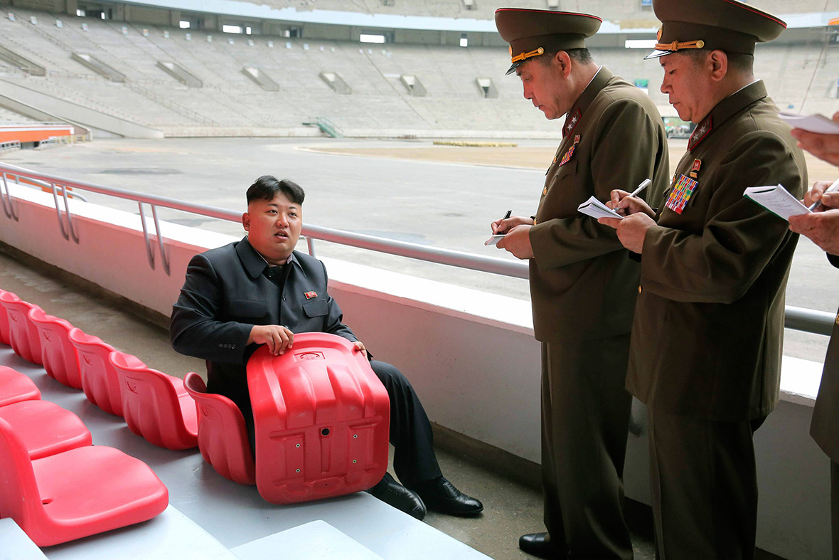 kim-jong-un-looking-things2