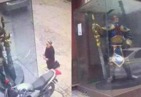 Γιαγιά στην Κίνα μπερδεύτηκε και προσευχόταν σε άγαλμα χαρακτήρα του League Of Legends (PHOTO)