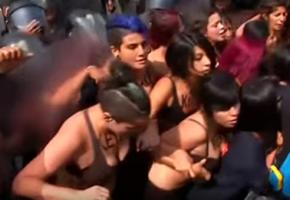 Σε γυμνή διαμαρτυρία προχώρησαν ακτιβίστριες για το ζήτημα των εκτρώσεων στο Περού (VIDEO)