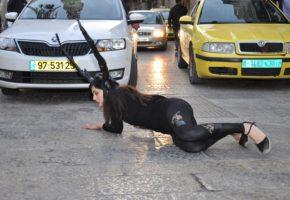 Η καλλιτέχνιδα Έλενα Πόκα ντύνεται ελάφι στη Βηθλεέμ για να δείξει την ομορφιά του θανάτου
