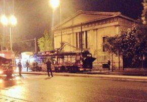 Άγνωστοι πυρπόλησαν τρόλει έξω από το Πολυτεχνείο στην Πατησίων (PHOTO)