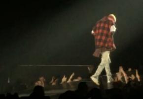 ΑΛΛΗΛΟΥΪΑ: Ανεπανάληπτη τούμπα έφαγε ο Justin Bieber σε live στον Καναδά (VIDEO)