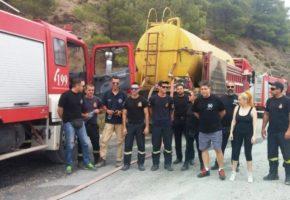 Πυροσβέστες βγάζουν φώτο με μέλη της Χ.Α. στο διάλειμμα της πυρόσβεσης της φωτιάς στα Δερβενοχώρια