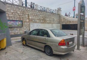 Τύπος πάρκαρε το αμάξι του like a boss πάνω στην πλατεία Συντάγματος (PHOTO)