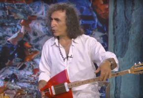 Ο Τάκης Πλακιάς παρουσιάζει το μοναδικό μπουζούκι – φτυάρι στην Ανίτα Πάνια (VIDEO)