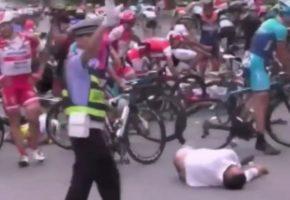 Κινέζος πεζός καμικάζι πέφτει με φόρα πάνω σε ποδηλατικό αγώνα και προκαλεί καραμπόλα (VIDEO)