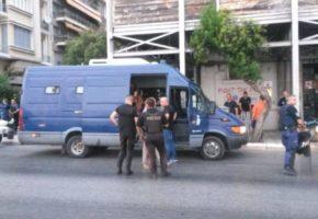 H αστυνομία έκλεισε τρεις στέγες πρόσφυγων στη Θεσσαλονίκη και ο ΣΥΡΙΖΑ προφανώς την καταγγέλει