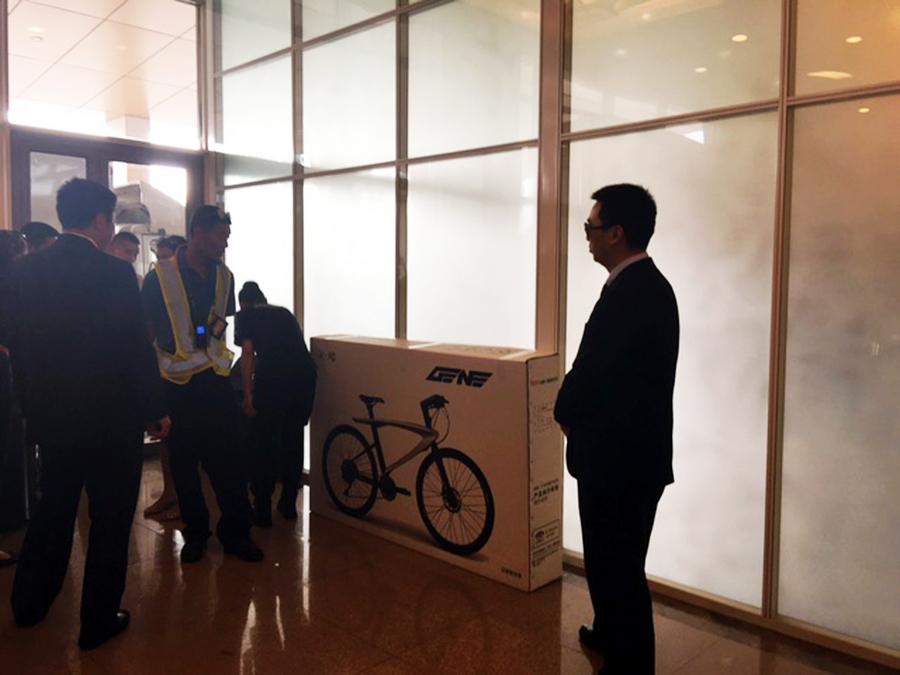 Το ποδήλατο που χάρισε ο Κινέζος πρωθυπουργός Λι Κετσιάνγκ (ΔΕΝ ΕΙΚΟΝΙΖΕΤΑΙ) στον πρωθυπουργό Αλέξη Τσίπρα (ΔΕΝ ΕΙΚΟΝΙΖΕΤΑΙ) μετά τη δήλωση του Έλληνα πρωθυπουργού ότι η σχέση Ελλάδας Κίνας είναι όπως το ποδήλατο, η μια ρόδα η οικονομία  και η άλλη ο πολιτισμός και η παιδεία, Τρίτη 5 Ιουλίου 2016. ΑΠΕ-ΜΠΕ/ΑΠΕ-ΜΠΕ/STR ΑΠΕ-ΜΠΕ/ΑΠΕ-ΜΠΕ/STR