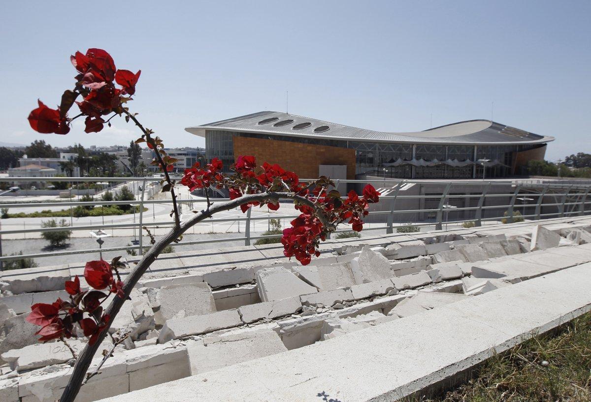 Βουκαμβίλιες και σπασμένα τσιμέντα έξω από τις εγκαταστάσεις του ταε-κβον-ντο