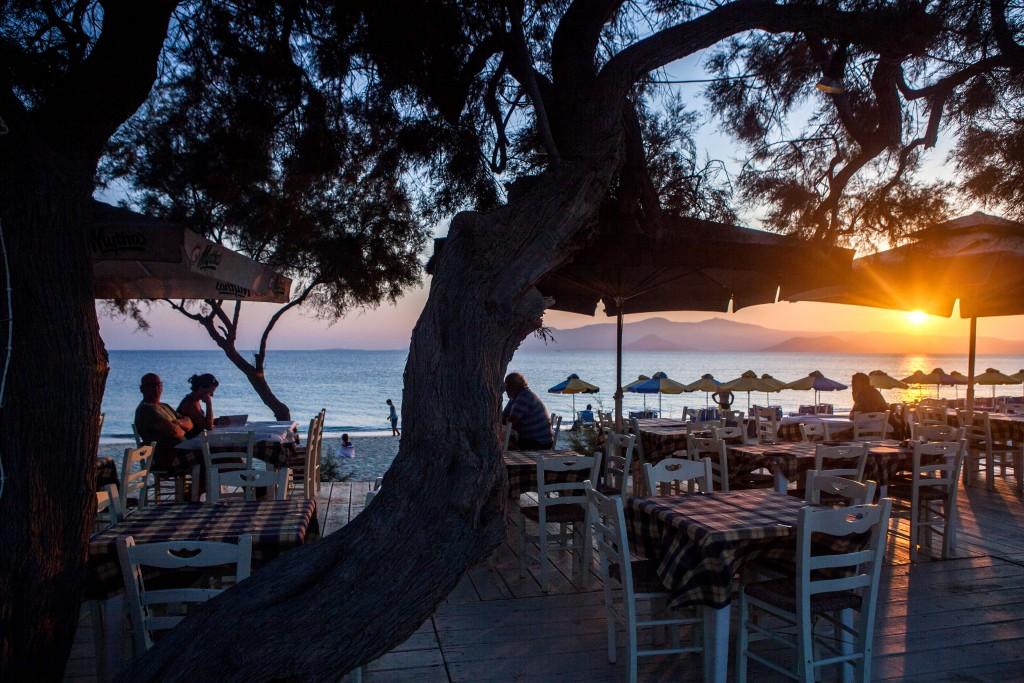 manolis-restaurant-tavern-2-1024x683