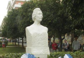 Άγνωστοι ηλίθιοι κατέστρεφαν την προτομή της ηρωίδας της Αντίστασης, Λέλας Καραγιάννη (PHOTO)