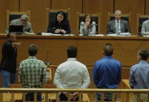 H συγκλονιστική στιγμή που ο μάρτυρας στη δίκη της Χ.Α. δείχνει άφοβα τους Χρυσαυγίτες (PHOTO)