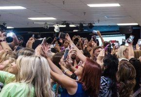 Όταν δεκάδες άνθρωποι αποφάσισαν να βγάλουν ταυτόχρονα σέλφι με την Χίλαρι Κλίντον (PHOTO)