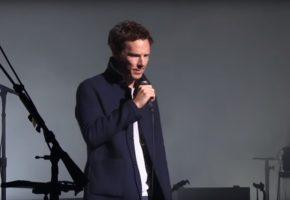 O David Gilmour και ο Benedict Cumberbatch τραγουδούν μαζί επί σκηνής το Comfortably Numb (VIDEO)