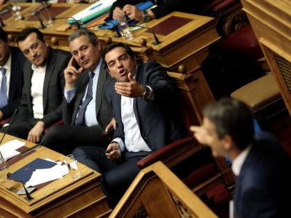 Ο πρόεδρος της ΝΔ Κυριάκος Μητσοτάκης (Δ) μιλάει στην Ολομέλεια της Βουλής στη συζήτηση προ ημερησίας διατάξεως σε επίπεδο Αρχηγών Κομμάτων, με αποκλειστικό θέμα τα φαινόμενα διαπλοκής και διαφθοράς και την επιρροή τους στο θεσμικό και πολιτικό σύστημα της χώρας και την αντιμετώπισή τους, Αθήνα, τη Δευτέρα 10 Οκτωβρίου 2016. ΑΠΕ-ΜΠΕ/ΑΠΕ-ΜΠΕ/ΣΥΜΕΛΑ ΠΑΝΤΖΑΡΤΖΗ