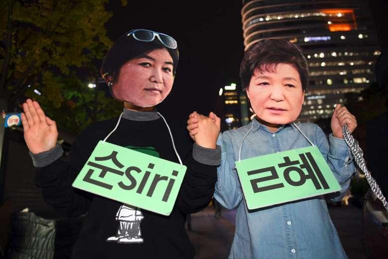 Διαδηλωτές με μάσκες της Choi στους δρόμους της Σεούλ