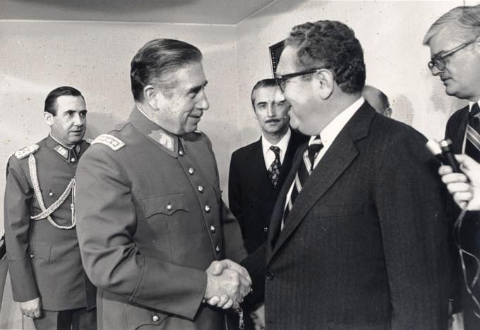 """""""Δε βλέπω γιατί πρέπει να στεκόμαστε στο πλάι και να βλέπουμε μια χώρα να ρέπει στον κομμουνισμό, λόγω της ανευθυνότητας του λαού της. Τα ζητήματα είναι πολύ πιο σοβαρά για να αφεθούν στους Χιλιανούς ψηφοφόρους να αποφασίσουν"""" Henry Kissinger, στη φώτο με τον Augusto Pinochet"""