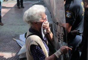Hθικά ανώτερα δακρυγόνα έριξαν τα αριστερά ΜΑΤ στους συνταξιούχους που πήγαιναν στο Μαξίμου (PHOTOS)