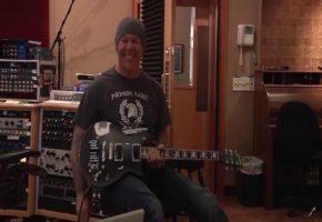 "O James Hetfield των Metallica εμφανίζεται σε βίντεο να φοράει μπλουζάκι ""ΜΟΛΩΝ ΛΑΒΕ"""