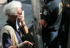 Τα ΜΑΤ ψέκασαν με δακρυγόνα την 85χρονη, σύμβολο της εθνικής αντίστασης, Κατίνα Μανιτάρα