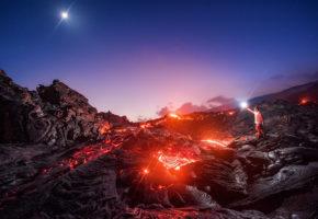 Αμερικανός φωτογράφος παίρνει τα ρίσκα του και φωτογραφίζει το Γαλαξία μέσα από ηφαίστειο (PHOTO)
