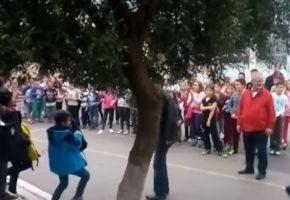 Το βίντεο της ημέρας: Mαθητές δημοτικού στη Θεσσαλονίκη χειροκροτούν τους πρόσφυγες συμμαθητές τους (VIDEO)