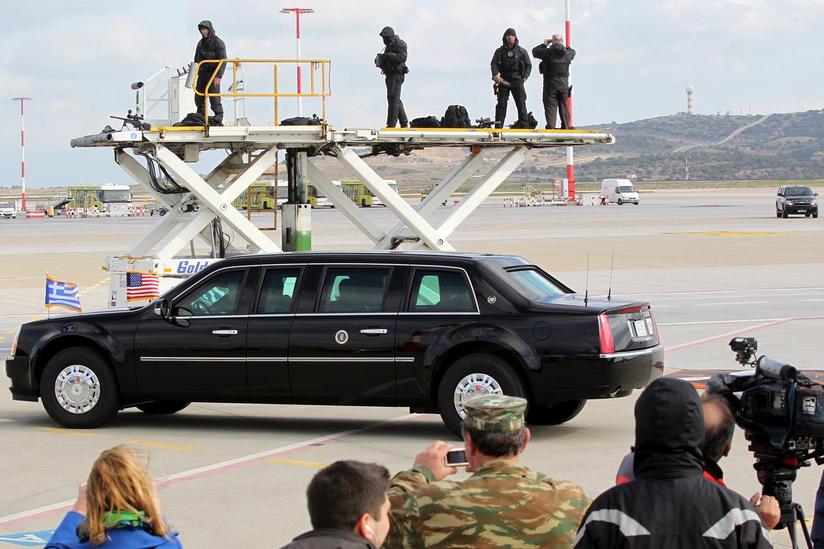 Η λιμουζίνα που μεταφέρει τον Πρόεδρο των Ηνωμένων Πολιτειών της Αμερικής, Μπαράκ Ομπάμα στο αεροδρόμιο Ελευθέριος Βενιζέλος, Σπάτα, Τρίτη 15 Νοεμβρίου 2016. Τον Πρόεδρο ΗΠΑ υποδέχτηκε ο υπουργός Εθνικής Άμυνας, Πάνος Καμμένος, ενώ τιμητικό άγημα απέδωσε τιμές. Έφτασε στην Ελλάδα ο Μπαράκ Ομπάμα, πρώτος σταθμός στο τελευταίο του ταξίδι στην Ευρώπη ως Πρόεδρος των ΗΠΑ, ενώ θα ακολουθήσει η επίσκεψή του στη Γερμανία. Ο Μπαράκ Ομπάμα, είναι ο τέταρτος πρόεδρος των ΗΠΑ που επισκέπτεται την Αθήνα, δεκαεπτά χρόνια μετά την επίσκεψη του Μπιλ Κλίντον. ΑΠΕ-ΜΠΕ/ΑΠΕ-ΜΠΕ/ΠΑΝΤΕΛΗΣ ΣΑΪΤΑΣ