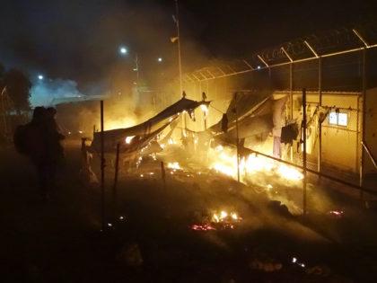 Στιγμιότυπο από την πυρκαΪά στο HOT SPOT της Μόριας  που προκλήθηκε πιθανά από ατύχημα είχαμε δύο νεκρούς και δύο τραυματίες Παρασκευή 25 Νοεμβρίου 2016. Δύο νεκροί και δύο σοβαρά τραυματισμένοι είναι ο απολογισμός από έκρηξη, πιθανά φιάλης υγραερίου, στο hot spot της Μόριας στη Μυτιλήνη. Από την έκρηξη έχουν σκοτωθεί μία γυναίκα και ένα παιδί, ενώ σοβαρά εγκαύματα έχουν υποστεί άλλη μια γυναίκα και ένα παιδί. Η φωτιά που ακολούθησε της έκρηξης κατακαίει μεγάλο μέρος του καταυλισμού και έχει πάρει μεγάλη έκταση –κατά πολύ μεγαλύτερη από την προηγούμενη που είχε καταγραφεί- με αποτέλεσμα πολλοί μετανάστες να είναι εκτός του κέντρου. ΑΠΕ ΜΠΕ/ΑΠΕ ΜΠΕ/STR