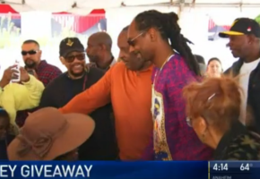 Ο τεράστιος Snoop Dogg μοίρασε 3000 γαλοπούλες για τη φετινή μέρα των Ευχαριστιών σε πόλη του L.A. (VIDEO)