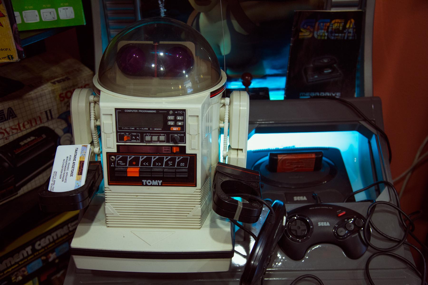 O Tomy, το ρομποτάκι που δούλευε με κασέτα, ποζάρει δίπλα σ'ένα Mega Drive