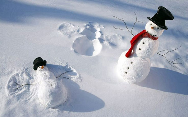 Χιονάνθρωποι χουζουρεύουν στο χιόνι, κάποιας μορφής ινσέψιο