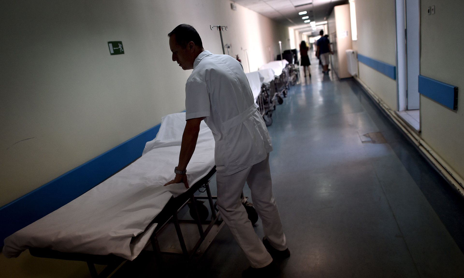 Ένας νοσοκόμος σε δημόσιο νοσοκομείο στην Αθήνα. Πολλοί γιατροί και νοσοκόμοι εργάζονται υπερωρίες ώστε να μην καταρρεύσει το σύστημα δημόσιας υγείας. Φωτογραφία: Aris Messinis/AFP/Getty Images
