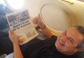 """Ο Π. Καμμένος διαβάζει """"Τα Νέα"""" περιχαρής καθώς πάει ΗΠΑ με το πρωθυπουργικό αεροσκάφος για την ορκωμοσία Τραμπ (PHOTO)"""