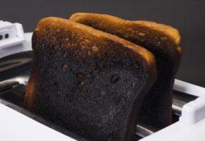Τραγωδία: Σύμφωνα με επιστήμονες τα καλοψημένα τοστ και οι πατάτες μπορεί να είναι καρκινογόνα