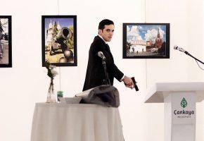 Η απίστευτη φωτογραφία με τη δολοφονία του Ρώσου πρέσβη στην Τουρκία κέρδισε πρώτο βραβείο στο World Press Photo 2017 (PHOTOS)