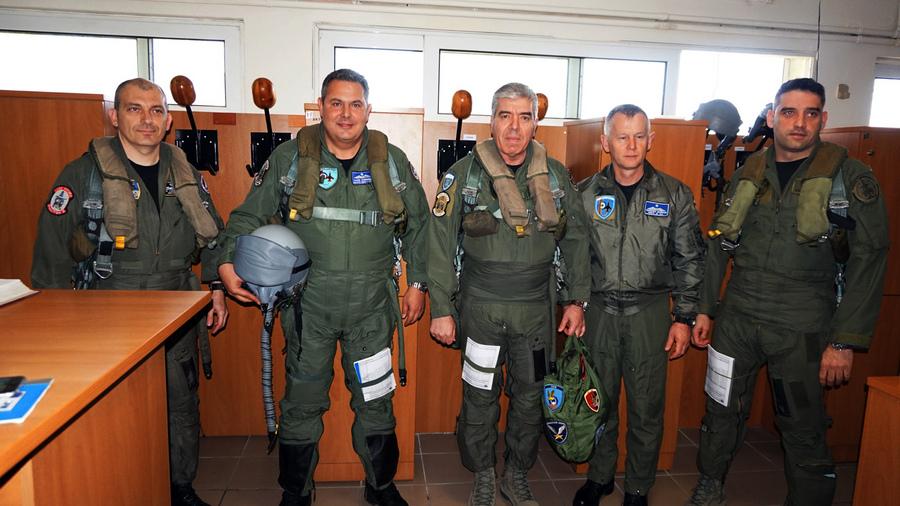 (Ξένη Δημοσίευση) Ο Υπουργός Εθνικής Άμυνας Πάνος Καμμένος (2A), συνοδευόμενος από τον Αρχηγό ΓΕΑ Αντιπτέραρχο (Ι) Χρήστο Βαΐτση (3A), στο πλαίσιο της επίσκεψης του στην 117 Πτέρυγα Μάχης στην Αεροπορική Βάση Ανδραβίδας και της παρουσίας του στην έναρξη της Πολυεθνικής Αεροπορικής Διακλαδικής Άσκησης Μεσαίας Κλίμακας «Ηνίοχος 2016», συμμετείχε σε πτήση με μαχητικό αεροσκάφος «F-4E Phantom», Τρίτη, 05 Απριλίου 2016. ΑΠΕ-ΜΠΕ/ΓΡΑΦΕΙΟ ΤΥΠΟΥ ΥΠΕΘΑ/STR