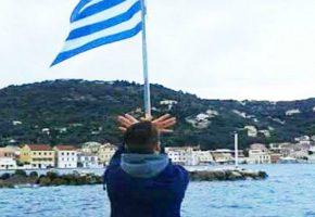 Θα απελαθεί ανήλικος Αλβανός που σχημάτισε τον αετό κάτω από ελληνική σημαία στους Παξούς (PHOTO)